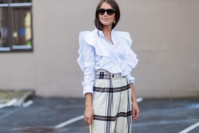 tenue stylée femme chemise blanche manches volants pantalon fluide taille haute motifs carreaux lunettes de soleil noires