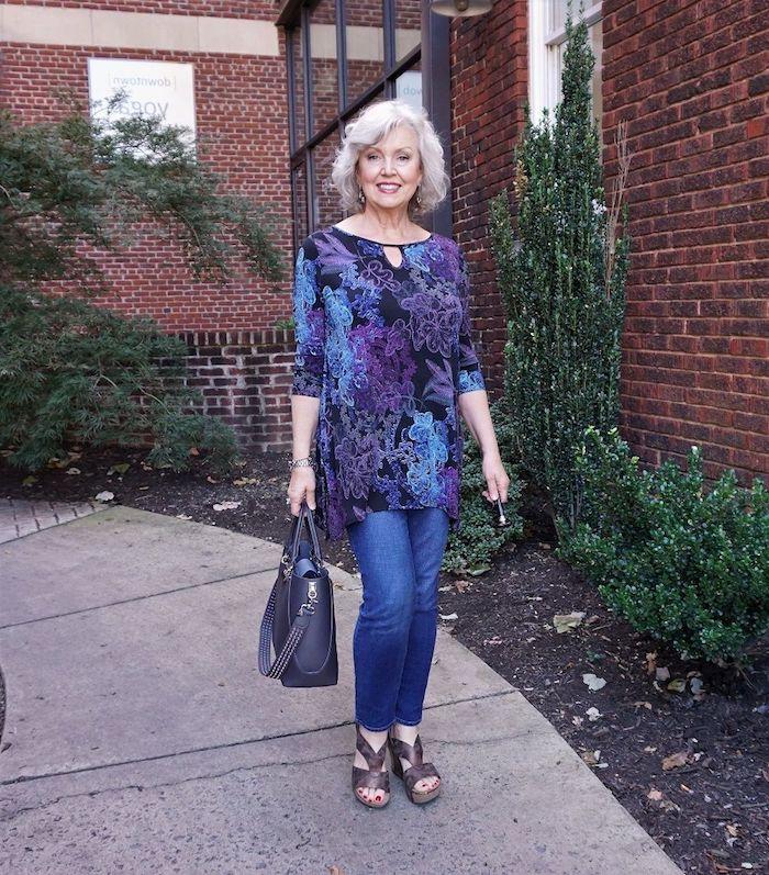 tenue tunique et jean avec sandales à talon coupe de cheveux court femme 60 ans