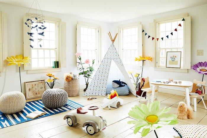 tipi au coin de chambre de jeux tapis bleu à rayé blanc rangement chambre fille meuble rangement enfant