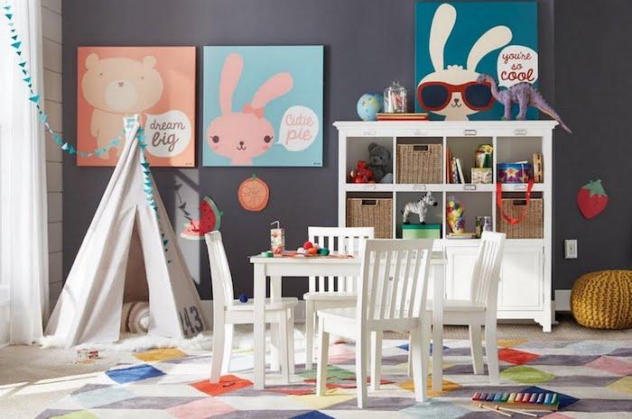 tipi etagere table et chaises salle de jeux pour enfants meuble de rangement enfant originale idée