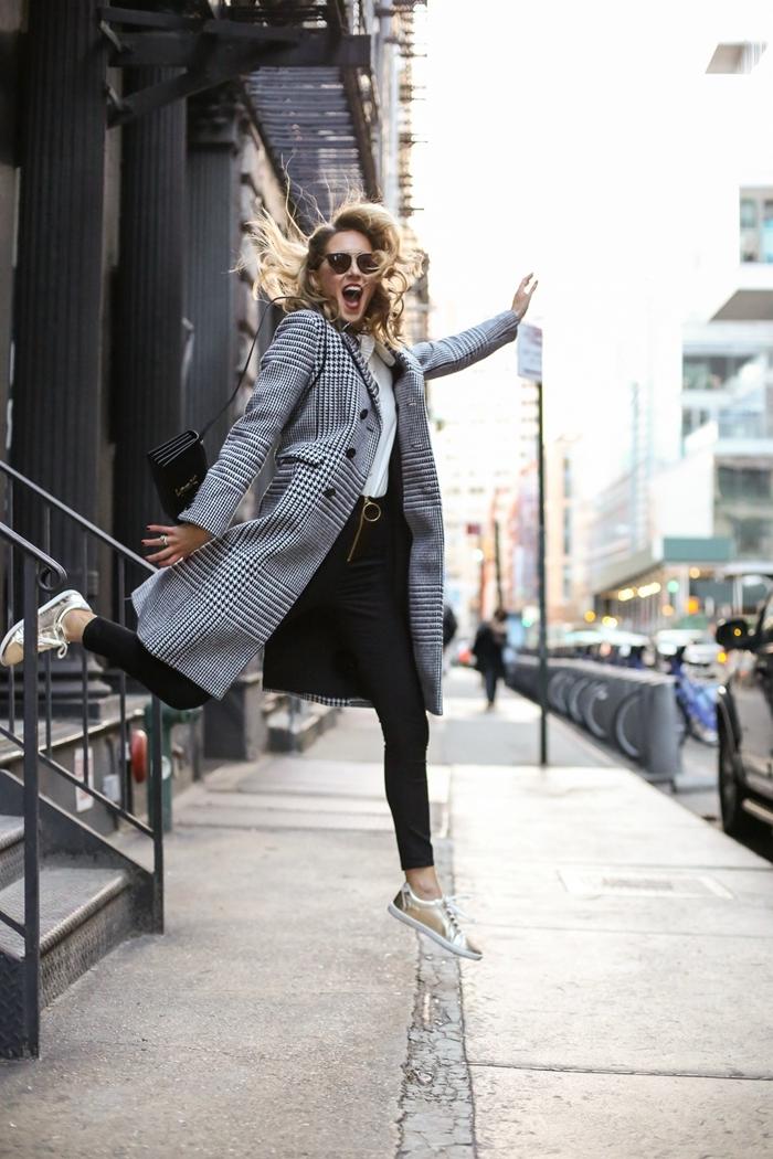 tissu prince de galles vêtements style femme mode pantalon noir slim blouse blanche sac bandoulière noir lunettes soleil tendance