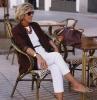 top tee shirt pantalon blanc et veste marron idée garde robe idéale femme 60 ans stylée en tenue de tous les jours