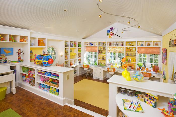 une chambre jaune bien rangée utiliser l espace sur les murs bois meuble rangement enfant bac rangement jouet