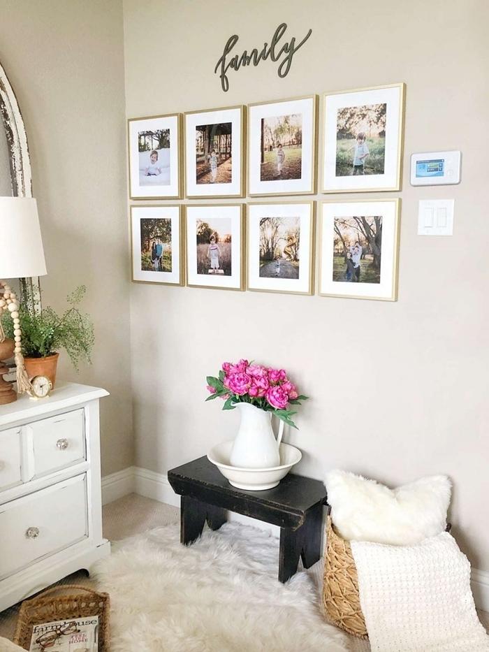 vase blanc tabouret bois noir panier tressé deco murale originale mur photos de famille miroir plante verte intérieur coussin blanc