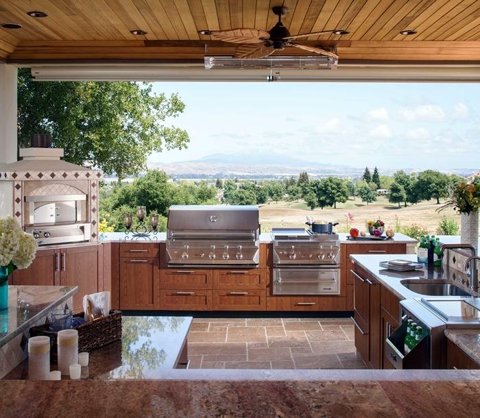 ventilateur de plafond éclairage extérieur carrelage pierre cuisine d ete exterieur provencale meubles bas bois plan de travail marbre