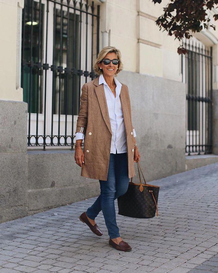 veste beige paire de jeans et chemise blanche tenue stylée femme 60 ans tenue classe femme, garde-robe idéale pour femme de 60 ans