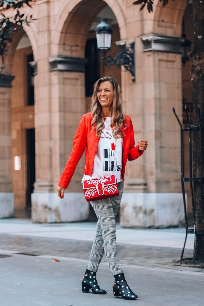 veste cuir rouge t shirt blanc pantalon gris clair bottines cuir noir prince de galles motif sac bandoulière rouge tenue chic femme