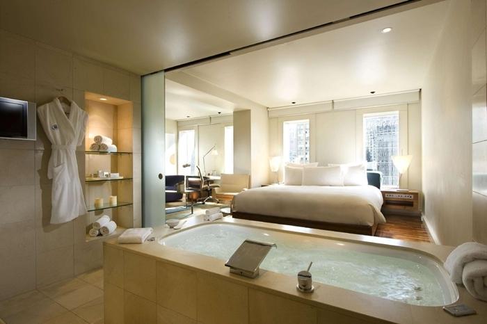 étagère éclairage led spots serviettes de bain chambre avec dressing et salle de bain design intérieur style contemporain