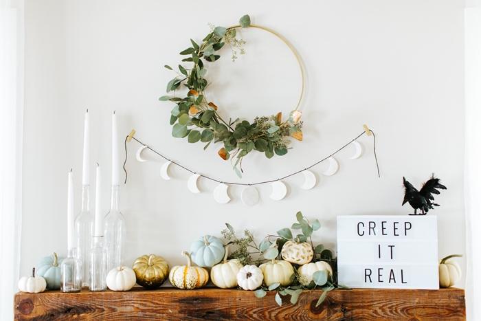 étagère bois brut décoration automne avec petites citrouilles colorées bougies fabriquer deco halloween couronne feuilles vertes