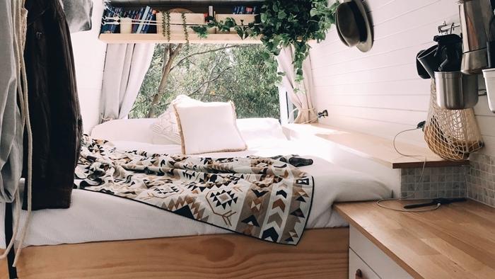 étagère bois clair plante grimpante livres petite cuisine plan de travail bois aménager un fourgon en camping car soi meme