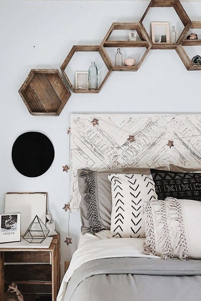 étagère murale bois forme hexagonale rangement chambre boheme chic tête de lit bois guirlande lumineuse étoiles