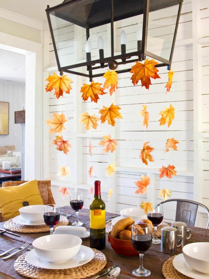 01 comment décorer une table pour diner avec des amies en automne idee lustre avec feuilles tombantes guirlande de feuilles d automne