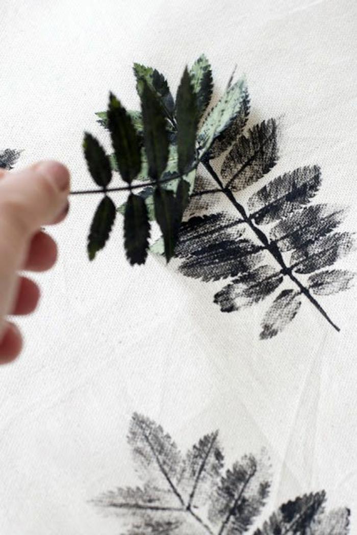 04 idée déco diy estamper une feuille sur toile lin deco automne a faire soi meme bricolage automne facile
