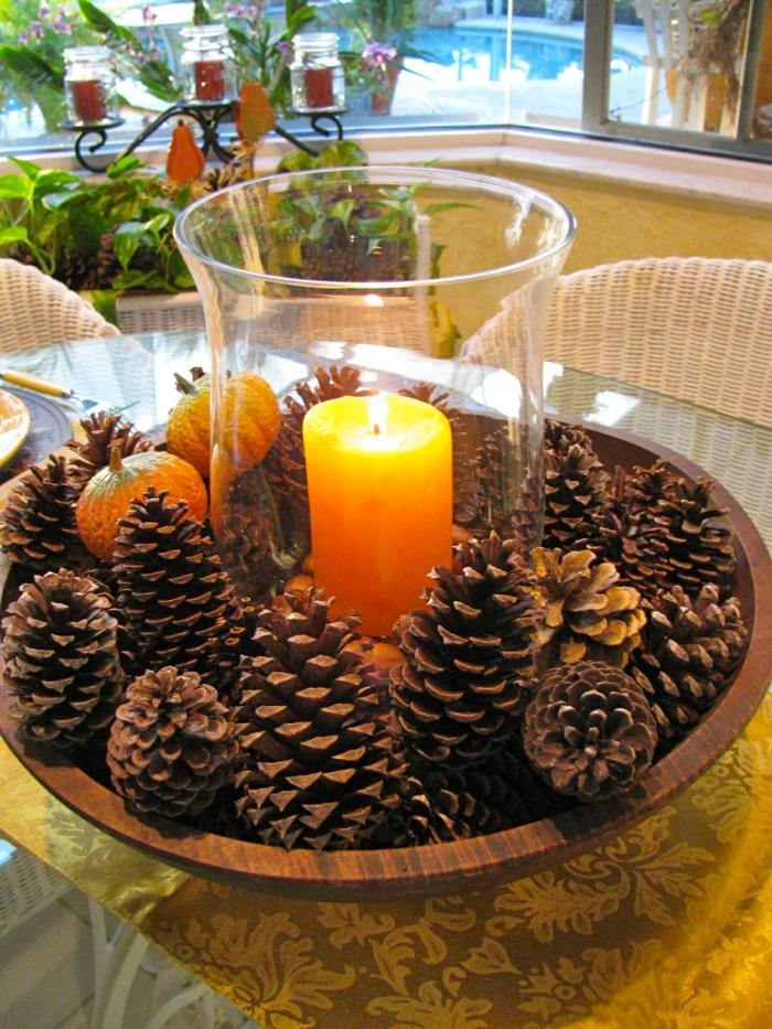 05 deco table d automne décoration mariage automne idées tendance cones de pine bougie aromatique dans vase en verre