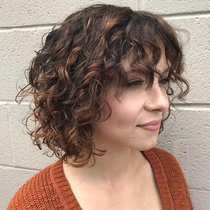 1 coupe courte femme cheveux fins une fille aux yeux vertes et un pull orange