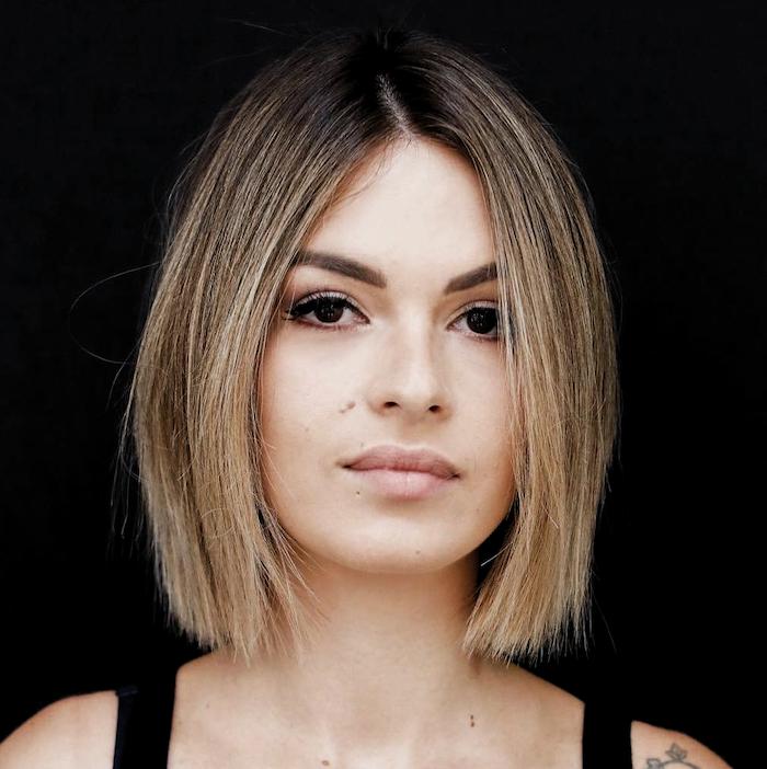 10 coupe carré heveux fins jeune femme avec un tatouage et cheveux en ombre inverse