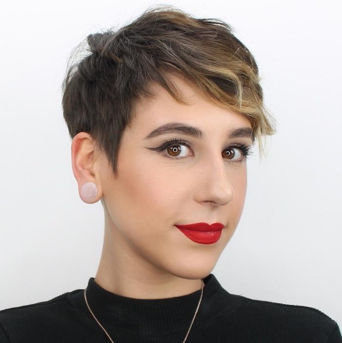 15 coupe pour cheveux fins et clairsemés coupe du lutin pixie feminine jeune femme avec des bijoux