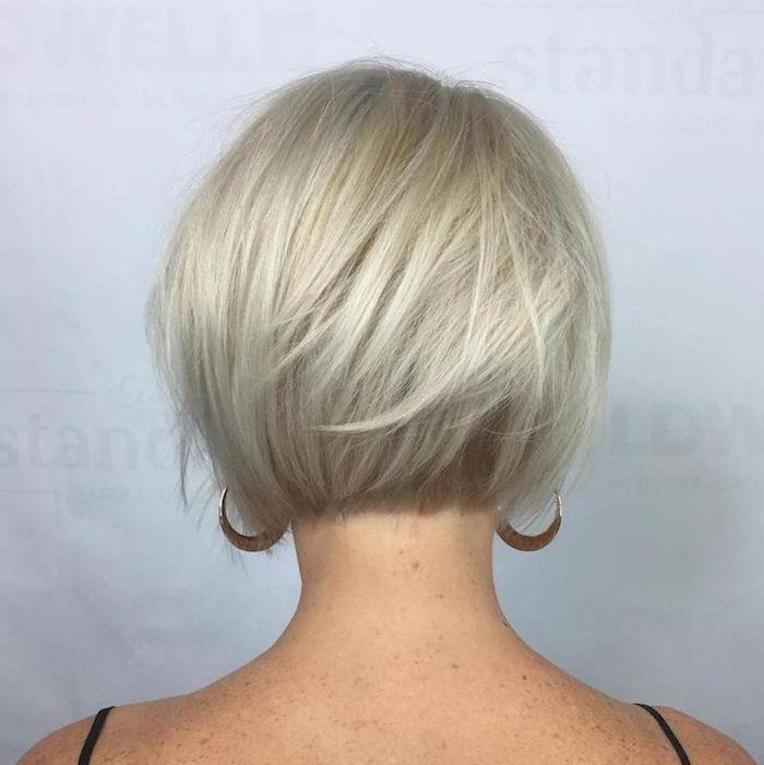 17 coupe courte femme cheveux fins cou nu une femme avec des grandes boucles d oreilles, coupe courte pour cheveux fins et plats
