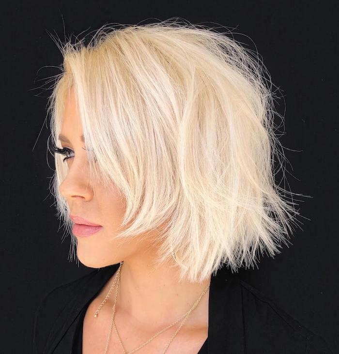 18 frange cheveux fins coiffure magnifique blonde platine pour une femme agee