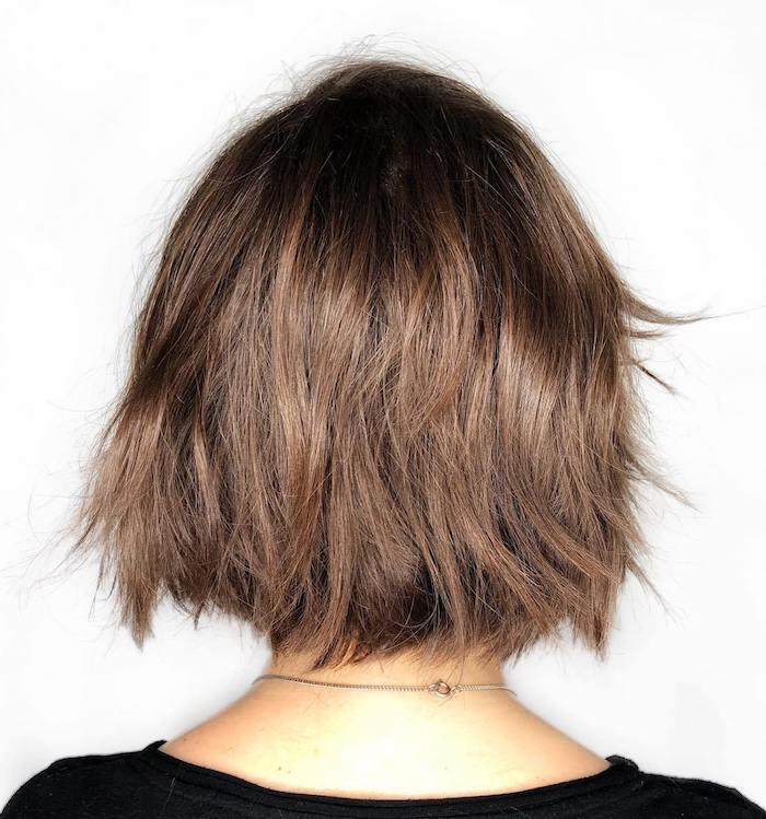 2 coiffure mi long femme en arriere avec cheveux bruns et un colier