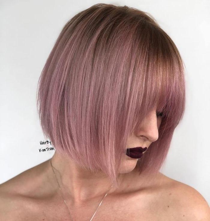 21 coupe courte femme cheveux fins coiffure moderne en rose une femme aux levres rouges foncees