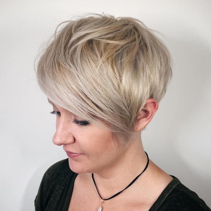 28 coupe idéale cheveux fins blonde platinee femme avec un collier et une blouse noire