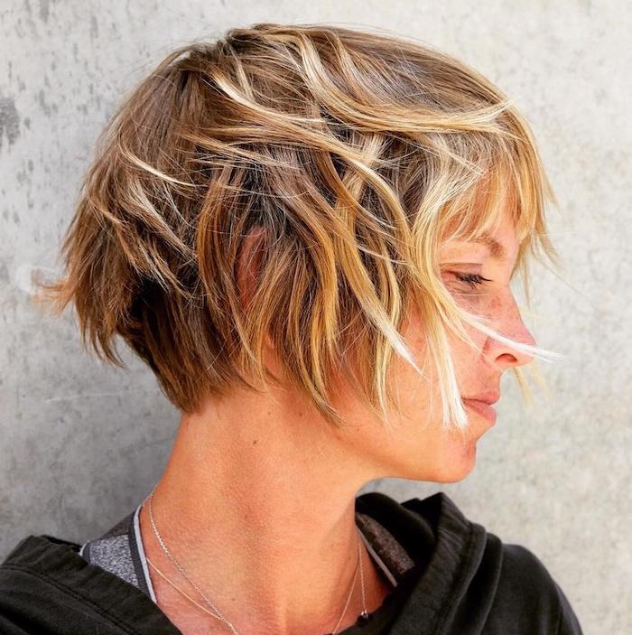 33 coupe carré cheveux fins femme blonde radieuse avec des coliers