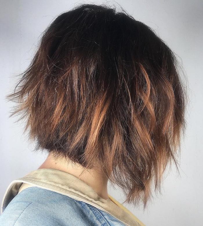 44 coupe de cheveux mi long femme avec des meches plus claires une femme brunette