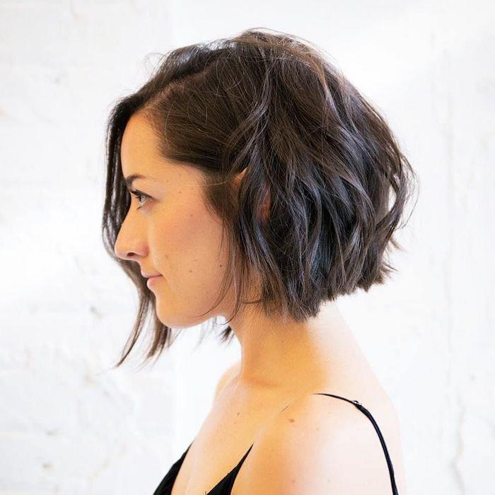 8 coupe carré cheveux fins jeune femme avec des cheveux noirs en ondes et un top noir