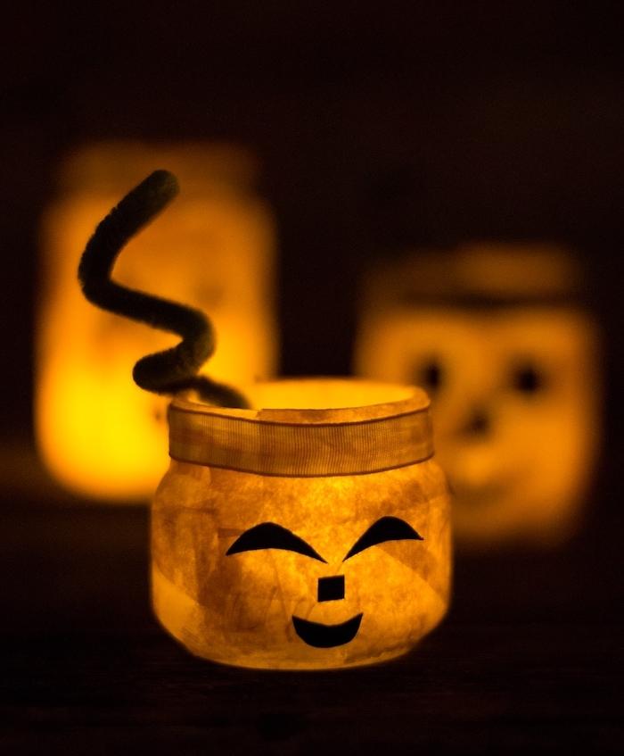 activités manuelles halloween fabriquer un photophore halloween en pot de verre décoré papier maché avec bougie à l intérieur