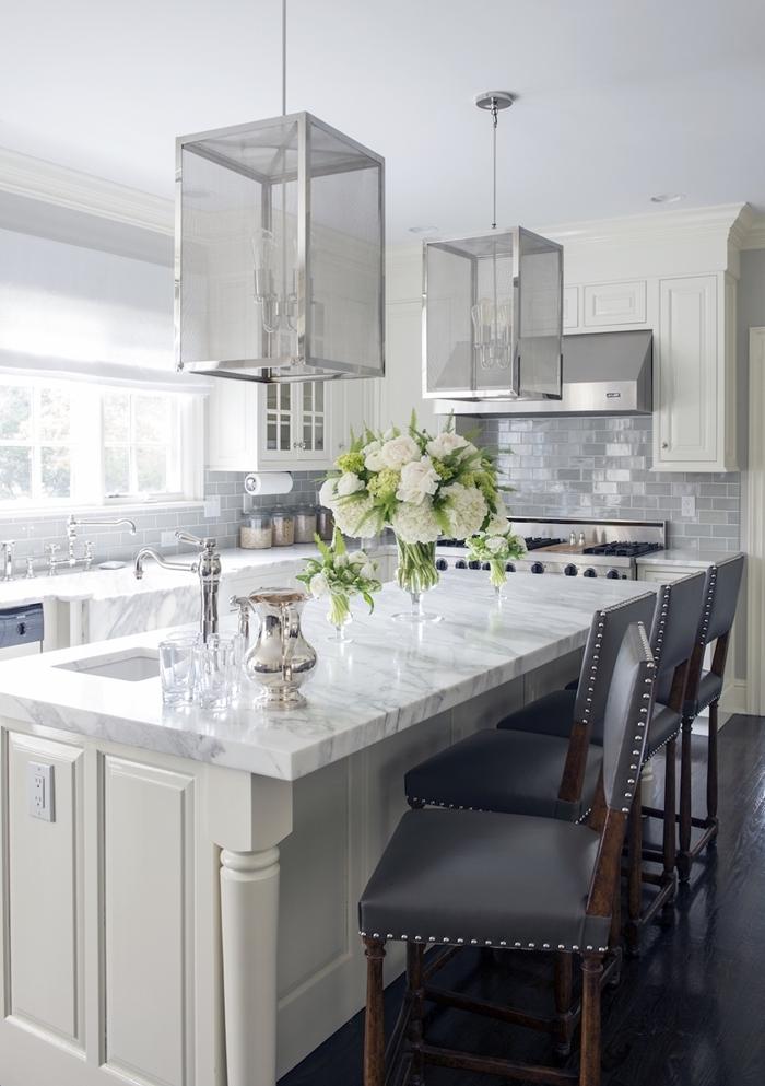 agencement cuisine en l avec îlot central blanc et marbre deco cuisine moderne luminaire inox chaise cuir gris foncé et bois foncé