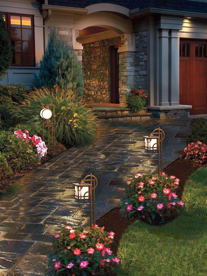 allée maison en pave grossier avec des lanternes et fleurs tout au long
