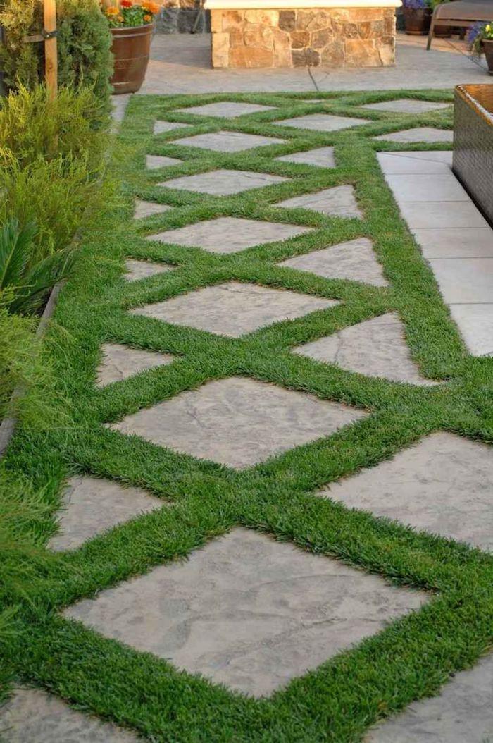 allée maison idée d aménagement plantation de l herbe entre le pavage
