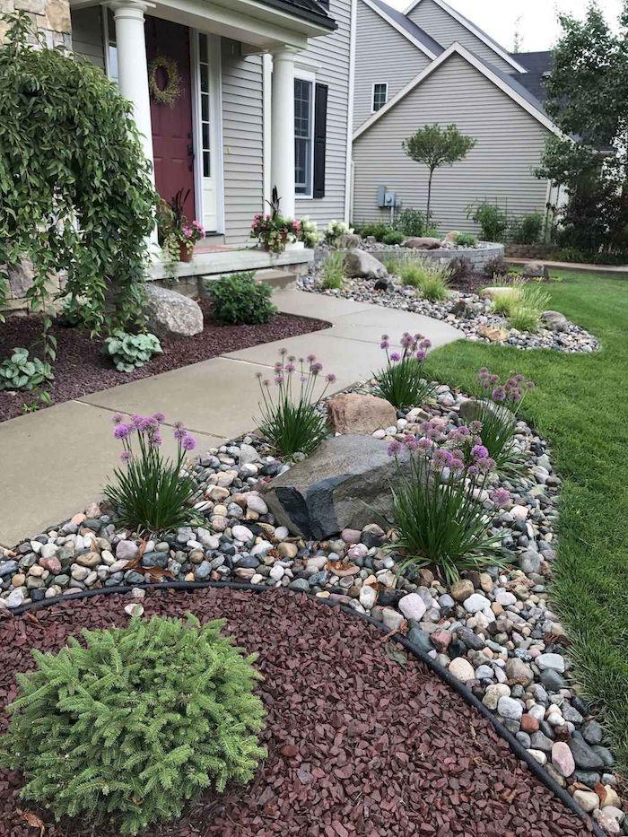 allée maison idee de jardinage deux maisons voisines plantation des ciboulettes decoratives et des petits buissons