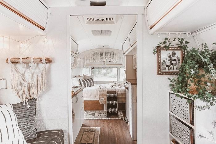aménager un fourgon en camping car soi meme déco bohème moderne suspension macramé rideau lit bois parquet