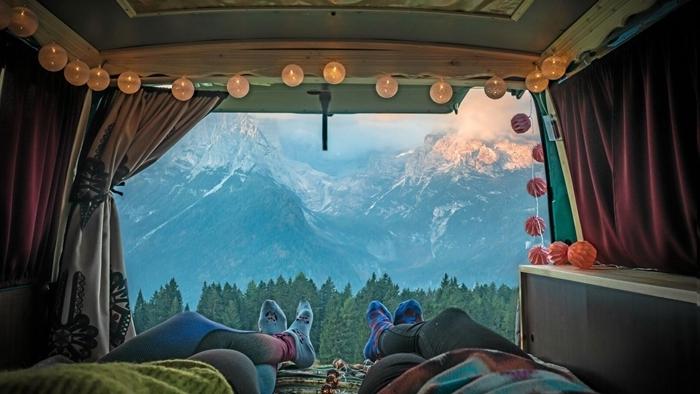 aménager un fourgon paysage nature vue voyage van camping déco bohème guirlande lumineuse escapade en amoureux