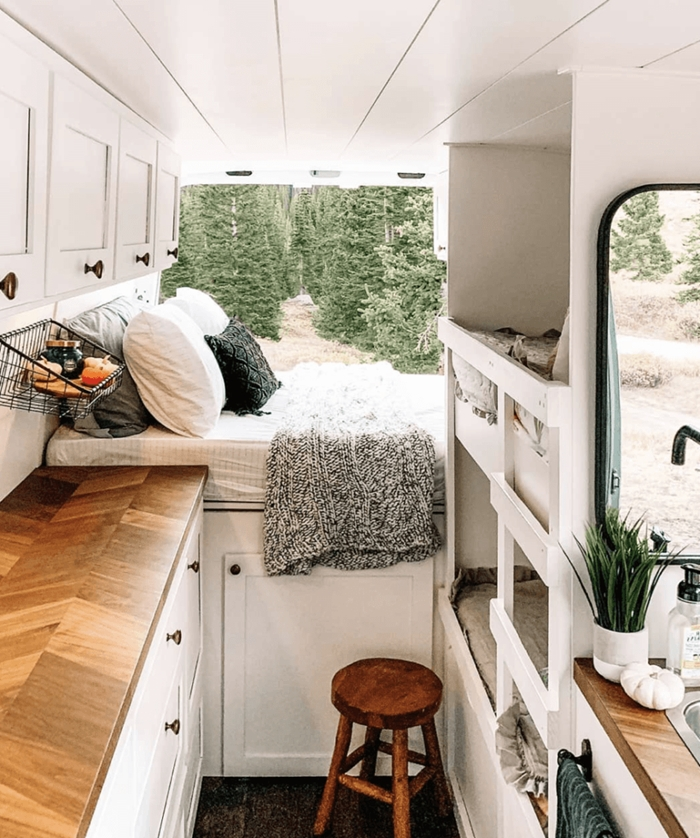 aménager un van en camping car meubles blancs plan de travail cuisine bois et blanc tabouret coussin déco cocooning