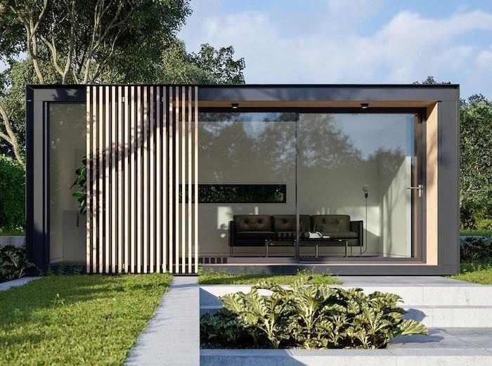 amenagement bureau deco moderne avec des murs en verre dans le jardin au dessous des arbres