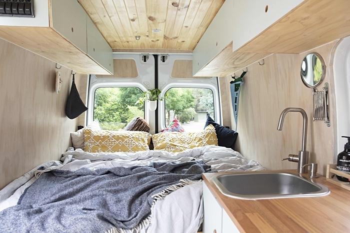 amenagement camping car climatisation travaux charges van vie cuisine évier revêtemet murs et plafond bois clair