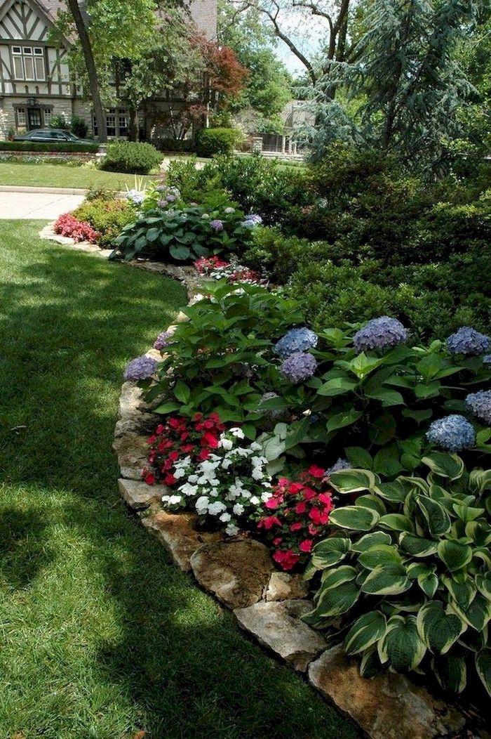 amenagement cour devant maison abondance en verdure des fleurs entourees par herbe