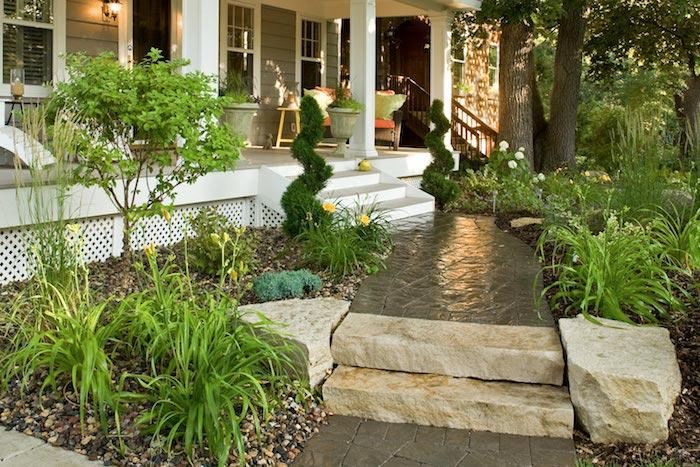 amenagement cour devant maison grande maison blanche un cour pave avec des pas en pierre