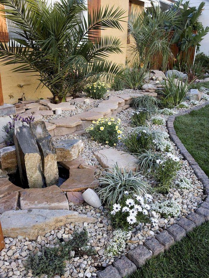 amenagement cour exterieur en gravier palmiers et petits fleurs contruction d un jardin