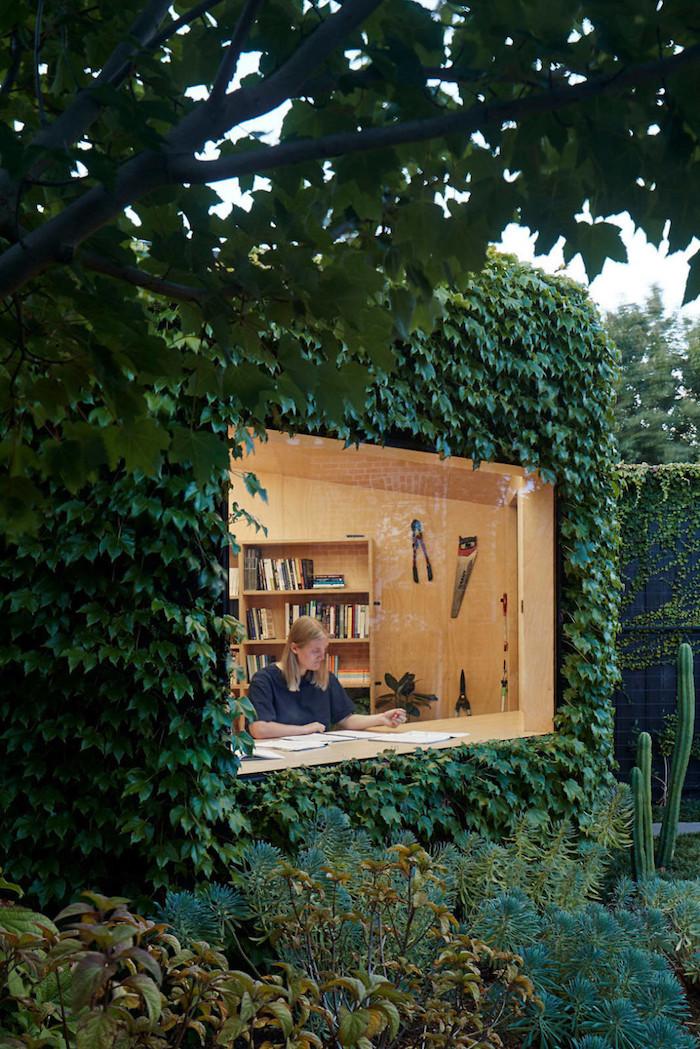 amenagement de bureau dans le jardin a l aide de lierre idee de deco exterieur