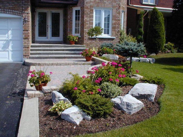 amenagement exterieur maison individuelle maison en tuiles en voisinage avec un garage avec un jardin devant