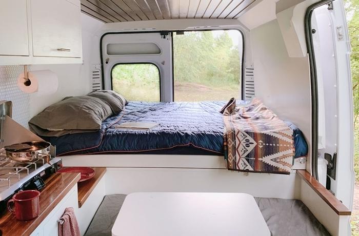 amenagement fourgon camping car déco petit espace revêtement plafond bois espace repas comtpoir bois meuble blanc