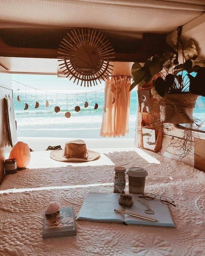 amenagement fourgon camping car décoration bohème chic miroir soleil jeté lit beige motifs relief fleurs rideaux orange pastel