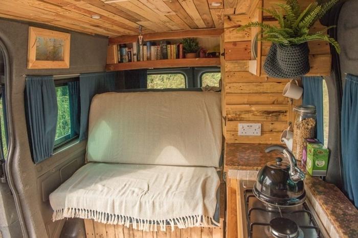 amenagement fourgon camping car jeté franges revêtement mural bois éclairage plafond led étagère niche murale