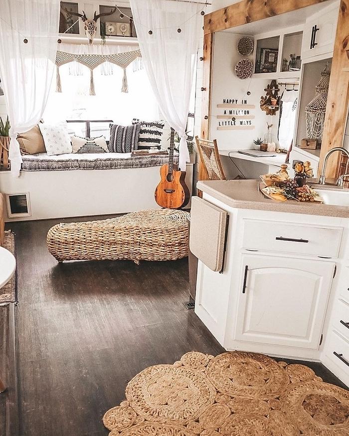 amenagement fourgon rideaux macramé noeuds tapis jute revêtement sol bois déco petit espace cuisine blanche meubles
