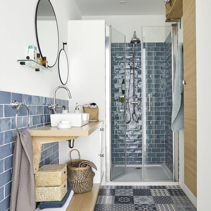 amenagement petite salle d eau idees et astuces pour le carrelage en bleu