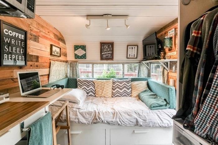 amenagement trafic déco avec lit meubles blancs étagères revêtement mural isolation bois étagère coussins décoratifs